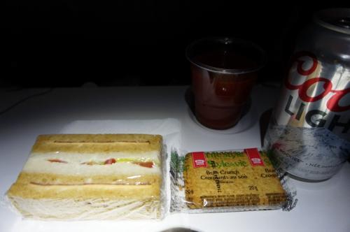 夜食は、他の方のブログだと、カップ麺のようなことも書かれていましたが、私達の便はサンドイッチとクラッカー(ここでも炭水化物のダブルw)<br />旦那さんはもちろんビールと、私はトマトジュースを頂きました。