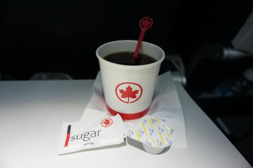 到着間近にコーヒーも。<br />途中でお水のボトルをもってまわってきたり、ワインやビールをリクエストしていた方もいました。<br />エアカナダ思ったよりも、サービス悪くはなかったです。