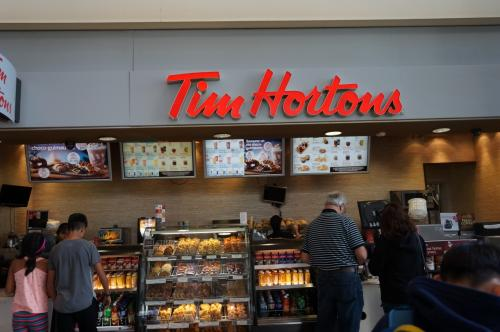 カナダは5ドル札からなので、1ドルコインとベット用に2ドルコインが欲しかったのでさらにTim Hortons でドーナッツを1つ購入。<br />フランスの時と同様、喋れなくても、笑顔と指差しでOK!