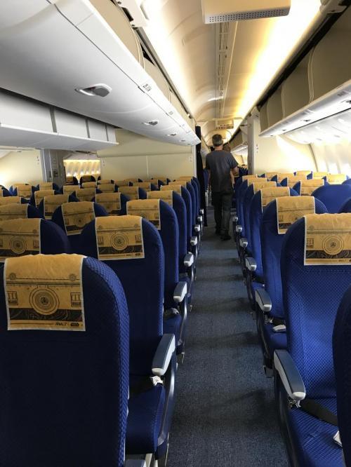 機内もスターウォーズ。<br />きっとファンなら憧れの飛行機なんだろうな~。<br />私、映画をほとんど見たことないので、価値がわかりません。。(^-^;
