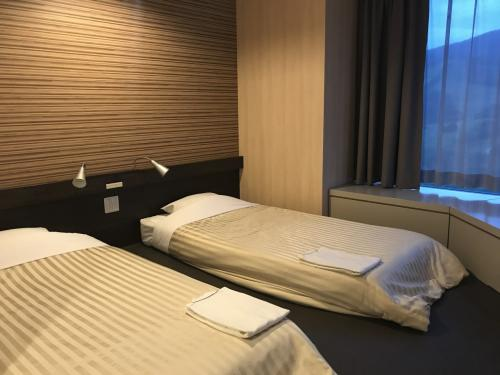 ツインの低床ベッド。低床ベッドだと添い寝の子供が落ちても安心なので、こちらの部屋を選びました。