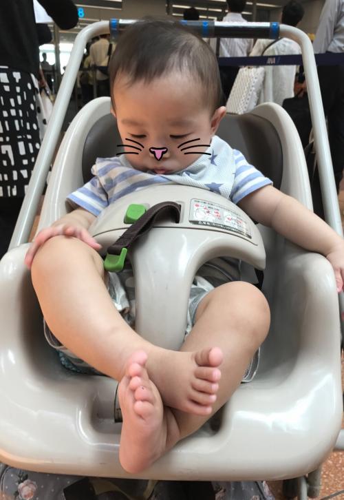 2017年の夏休みは、北海道のトマムへ!<br />八か月の息子にとっては初めてのフライトで、パパとママはドキドキ(^-^;<br />いい子でいてくれるかな~!?<br /><br />羽田空港にはANAの「お手伝いが必要な方専用カウンター」があり、車いすの方や赤ちゃん連れを優先的にチェックインしてくれます。<br /><br />こちらでベビーカーとスーツケースを預け、ANAの貸し出し用ベビーカーに乗り換え、いざゲートへ!