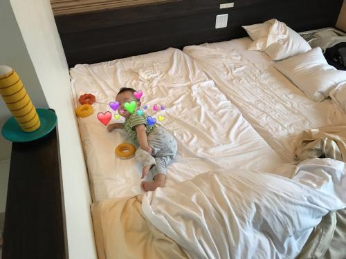 実際は左にベッド二台を寄せ、ゴロゴロ転がる息子が落ちないように、枕などでガードを作り、寝かせてました。広々としたスペースで息子大満足!