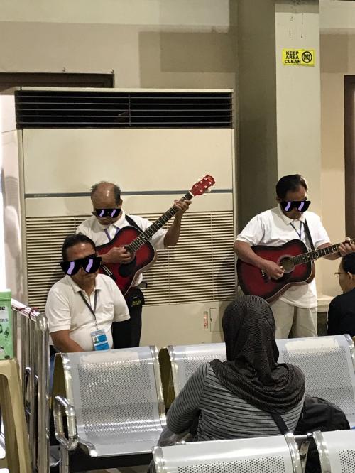 すでに待合室ではギターの演奏が始まってます。