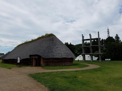 三内丸山遺跡は5000年くらい前の遺跡だそう。<br />当時は海が近く、新潟や北海道とも交流があったことが出土品からわかっているらしい。