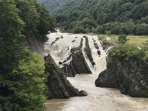 メロンを堪能した後は、すぐ近くにある「滝の上公園」へ。<br />写真は千鳥ケ滝です。