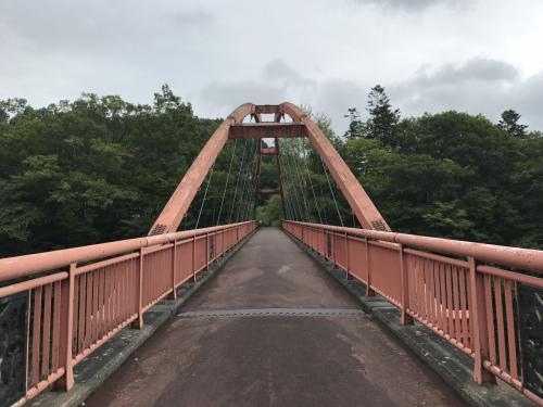 つり橋を渡って公園へ。メロンでお腹いっぱいになった後にはぴったりのお散歩コース♪