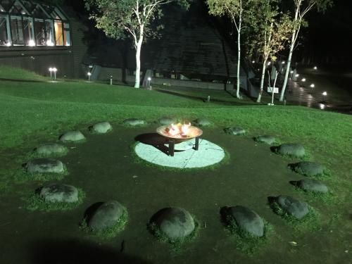 中庭には焚火が。<br />時間によってはマシュマロが配られるので、マシュマロをここで焼いて食べることができます。