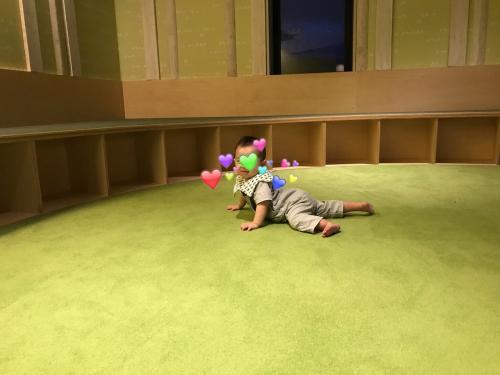 絵本や積み木などがおいてあり、ズリバイする息子も安心して遊べる、とても良いパブリックスペースでした。ここでずいぶん楽しんだね!