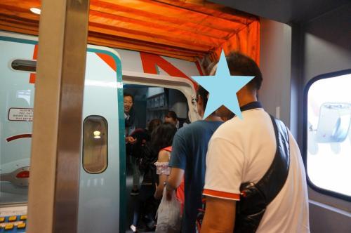 AC-002便に乗り込みます。<br />ゾーンごとに機内に案内されていく。<br />私達は、中央列のCとD。<br />窓際だと、トイレに行きにくいし、また、通路側でも、奥の方のために起きないといけないので、ラッキーです!