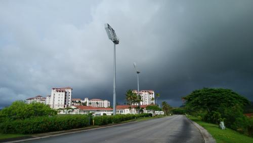 レオパレスリゾートの敷地散歩<br /><br />空の色が気になる~(>_<)<br />真っ黒ですけど…<br /><br />