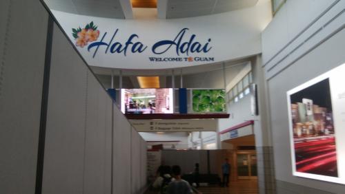 この空港のハファダイの文字を見ると グアムに来たな~と実感します<br /><br />この後悲劇が…到着便が重なり出国に2時間かかりました(>_<)<br />エスタを持っていた人も1時間半かかったと言ってました<br />ずっと立って並んでいたので疲れMAX<br /><br />レオパレスのお迎えのバスに乗り ホテルに着きましたが<br />タモンまで出かける気力なし 日本から持っていったカップ麺と足らない分を<br />レオマートで買い 部屋で食べ就寝<br />1日目は移動で終わりました