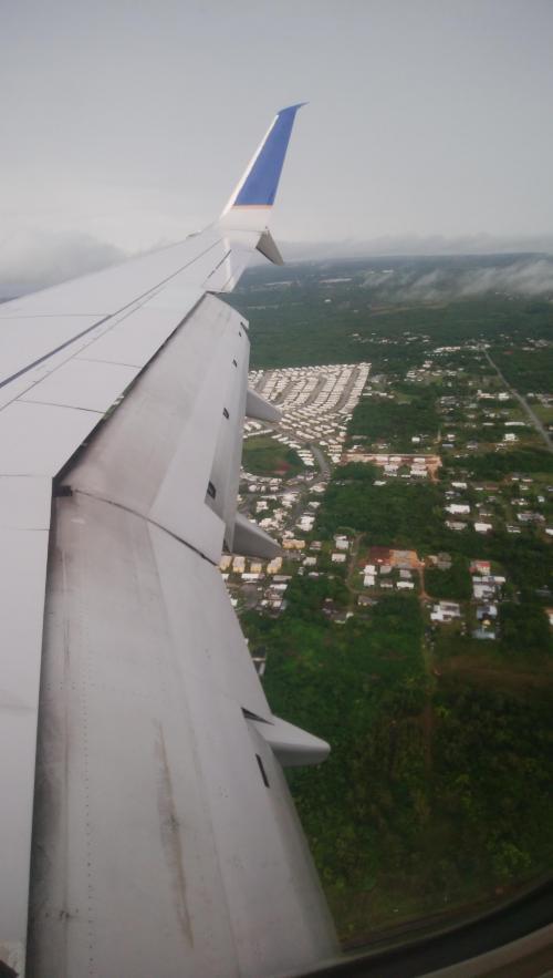 UA181 仙台11:50発 グアム16:45着<br /><br />今回チケットを予約する時に オプションでプレミアアクセスを付けましたが<br />仙台空港は空いているのでプレミアアクセス効果は無しでした<br /><br />北朝鮮の影響か グアム旅行をやめたのでしょうか~夏休みなのに<br />15人しか乗っていませんでした。<br />そのため座席を自由に使え 寝転がっていけたので身体が楽ですね~<br />機内食はハムチーズバーガーの軽食。<br />3人分もらえました^^<br /><br />約4時間でグアムに到着