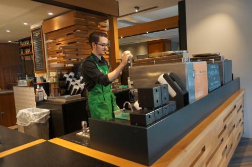 せっかく2枚揃ったので1階にあるStarbucksに行きカフェラテを注文した。二人で2ドルちょっと足して飲めちゃいました♪<br />それにしてもカナダにはStarbucksがとても多くありました。