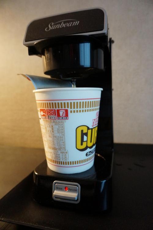 さて…部屋に戻って朝御飯…お昼ご飯を早めに食べようと、持っていったカップヌードルで済ませました。<br />この簡易コーヒーメーカーは、コーヒーパックを入れなければ、お湯だけが出るので、ちょうど良かったです。