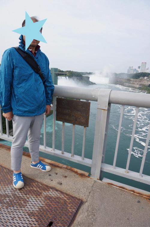 レインボーブリッジを渡り、ここが国境!!<br />後ろの2つの滝が荒々しい。