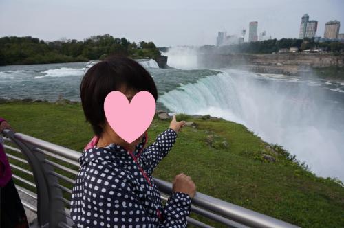 アメリカ側の、テーブルロックのようなところ。<br />プロスペクト公園へいき滝の上から覗き込む。<br />テーブルロックよりは濡れない。