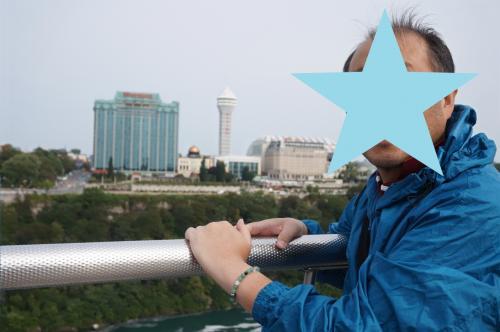 オブザベーション・タワーの上からカナダ側の景色を望み、私達の泊まっているホテルの写真。