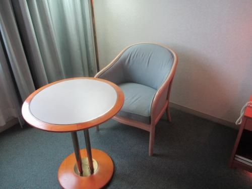 テーブルと椅子が1つ。う~ん、さみしい・・・。