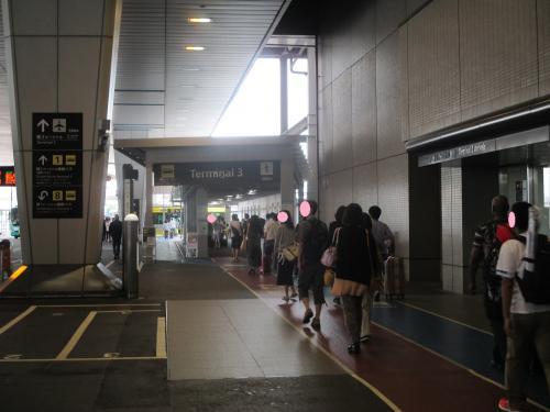 ホテルからシャトルバスで、成田第2ターミナルへ。夕方は、到着エリアに着くようです。<br /><br />お盆の時期だったので、すごく混雑しています。第3ターミナルへは、ここから向かうんですね。
