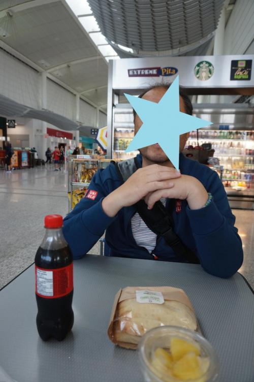 この時私は、空港までの車の中で「寝不足」「ハイスピードの運転」「激しい斜線変更」「車内で朝御飯用のお弁当を食べるグループの臭い」が重なって、車酔いをしていた。<br />なので、ここでも食欲なし。<br />パイナップルのみ(-_-;)