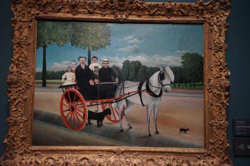 アンリ・ルソー「ジュニエ爺さんの二輪馬車」1908年<br />食料品にためたつけを払う代わりに店主の一家を描いた作品。謎の動物が座って乗っているなど不思議な光景。
