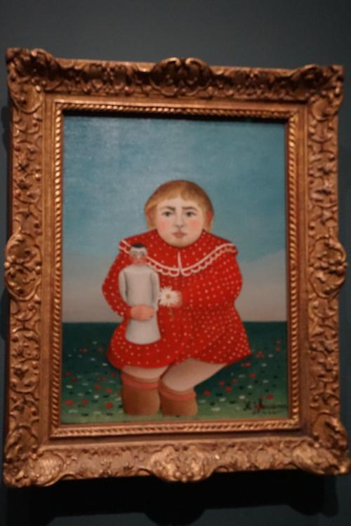 アンリ・ルソー「人形を持つ子供」1906年<br />彼の有名な作品「蛇使いの女」や「戦争」はオルセー美術館にありますが、オランジュリー美術館にもいくつかの作品が展示されていました。