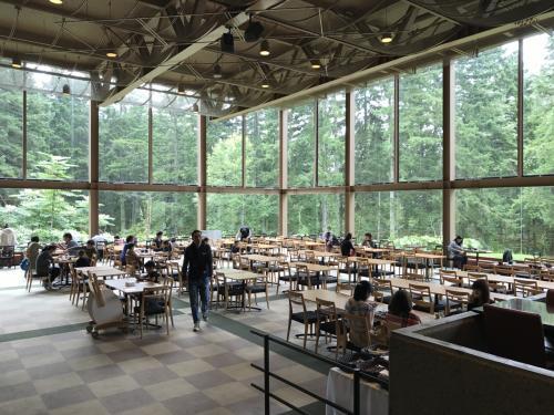 遠いけど、ニニヌプリはやっぱり気持ちのいいレストラン!<br />本当に森の中にあって、リゾートに来たな~、と実感できます(^-^<br /><br />今回は森を見渡せる窓側の席で朝食をいただきます。<br /><br />料金:<br />大人2,200円 小学生1,500円 幼児(4歳以上)1,100円<br />*離乳食は無料でオーダーできます。