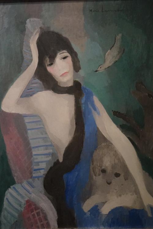マリー・ローランサン「マドモアゼル・シャネルの肖像」1923年<br />モデルはモード界の女王ココ・シャネルなのですが、描かれたシャネル自身は気に入らなかったらしく、この肖像画の受け取りを拒否しています。