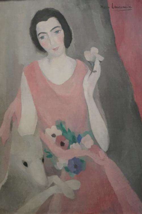 マリー・ローランサン「ポール・ギヨーム夫人の肖像」1924年<br />ポール・ギョームは、現代美術愛好家でオランジェリー美術館の作品群の収集と維持に貢献した人物ですが、その彼の夫人ジュリエットの美しい肖像画。<br /><br />