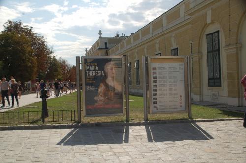 ウィーンの市電に乗って、シェーンブルン宮殿にやって来た。ここは、ハプスブルク王朝が離宮として宮殿である。