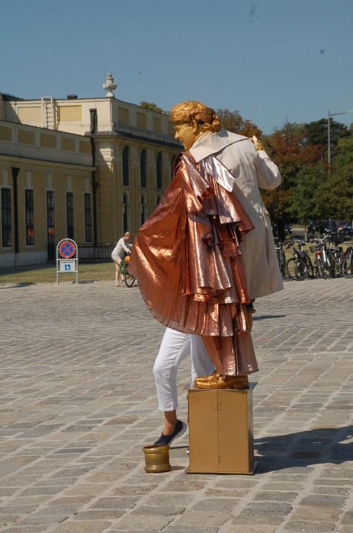 こちらも観光客。金のモーツァルト大盛況。このモーツァルトは、ときどきモーツァルトの曲を鼻歌で歌いながら客寄せをしていた。<br /><br />ちなみに、真夏に長袖の服を着ていても、日本ほど暑くないヨーロッパなら違和感はない。