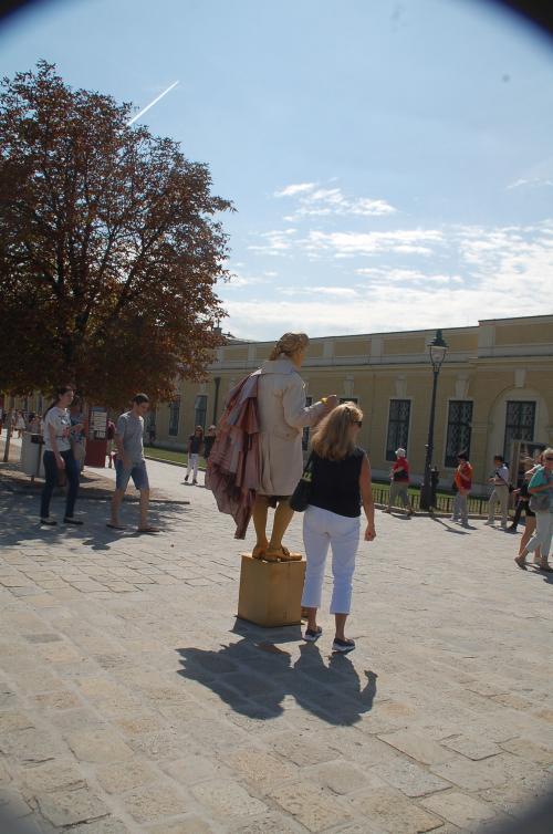 なるほど、記念撮影をお願いする観光客もいるようだ。金のモーツァルトは、記念撮影を希望する観光客に、缶の中にお金を入れるように促していた。1ユーロか2ユーロなのだろうか。