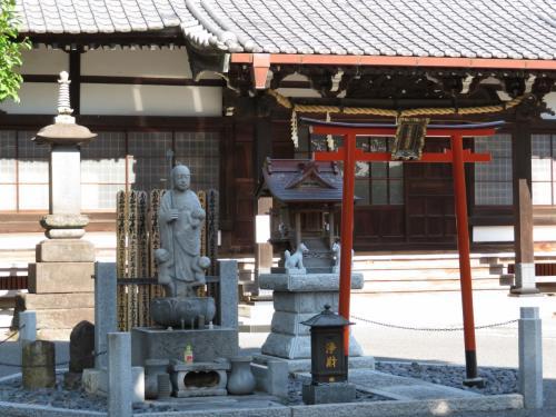 了源寺の本堂前<br /><br />車が出入るする方は門が閉ざされていなかったので、境内を覗くことができました。<br />