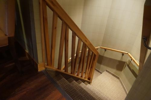 メゾネットなので階下に下りる階段