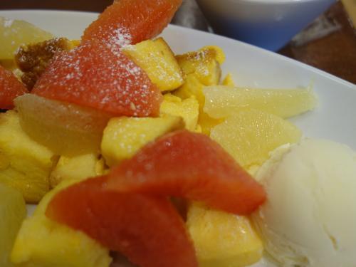 フレンチトーストが果物に隠れています。