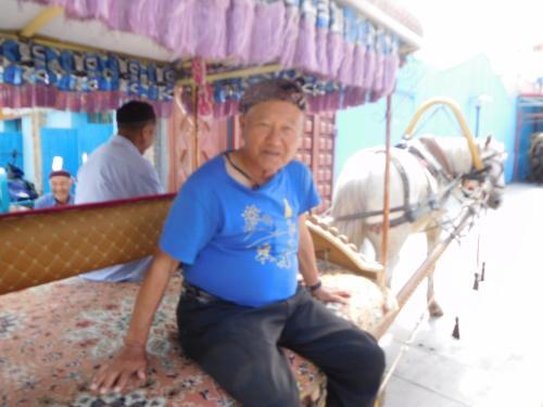 ロバの乗って、2007年に政府によって整備された少数民族居住区をまわる。<br />ウイグル族の居住区。