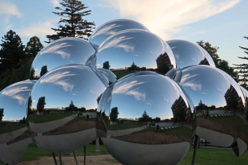 野外展示場にあったオブジェ。鏡面球体に映る空が好き・好き・好きです。