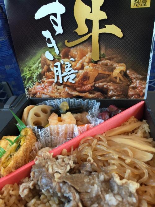 お昼の駅弁はすき焼き弁当で。<br />中身がパッケージとえらく違いますがな。牛肉は小さいのが二切れのみ。