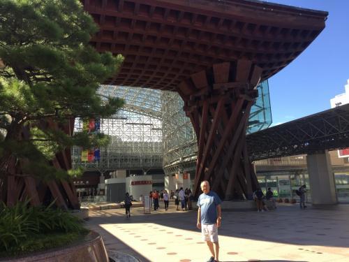 5年ぶりに金沢駅に着きました。駅の変容ぶりと素晴らしさには驚きました。<br />この駅を見るだけに金沢へ来る価値はあります。<br />