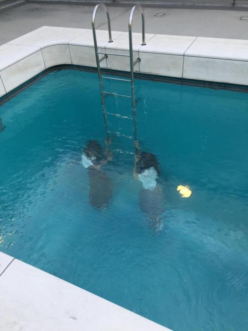 女の子が水の中に水没しているのではありません。<br />水を天井に張った空間の中にいるのです。これはここの代表的な作品です。<br />5年前ここへ来た時、工事中で見ること出来ずがっかり。ただの水の無いプールでした。
