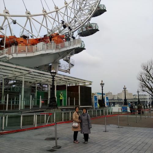 ロンドン・アイの真下まで行けましたが、昨日のテロ事件のせいで営業していませんでした。<br />仕方ないので、ゴンドラをバックに記念撮影。気兼ねなく撮影できました。<br />