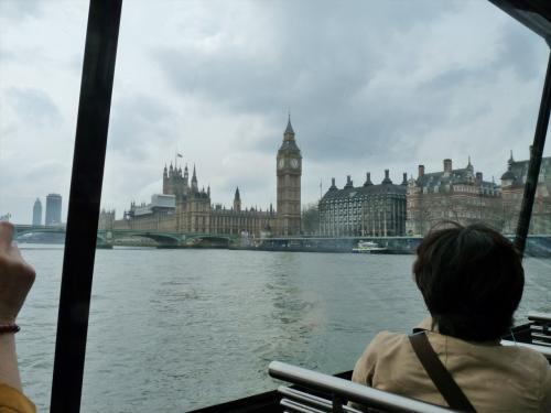 ロンドン・アイ桟橋からウェストミンスター桟橋方向へ(写真中央)向かいます。ビッグ・ベン、国会議事堂、ウェストミンスター橋が見えています。<br />昨日のテロのせいで橋や桟橋は閉鎖されていて人の姿はありませんでした。<br />
