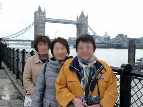 ロンドン塔(21日に訪問)脇のタワー桟橋に到着。<br />ここからタワー・ブリッジに向かいます。<br />