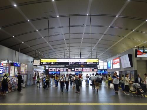 コンコース。大阪の雑踏ほどではありませんが。雰囲気はずいぶん違います。