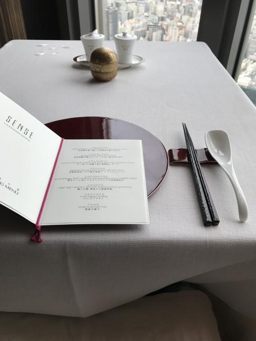 何故かいつもこのテーブルか隣のテーブルです。<br />お1人様専用か?<br />予め予約時にオーダーは済ませていましたので、メニューでは無くコース内容のお品書きが置かれています。