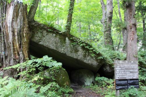 蔦温泉の後は、石ヶ戸の駐車スペースに車を駐め、雲井の滝まで歩くことにしました。<br />