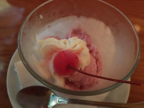 デザートのアイスクリームです!<br /><br />もうすでにお腹がはちきれそうでギブアップでしたので<br />私は いただきませんでした^^;<br />お店の方、申し訳ないです m(‐‐)m<br /><br />