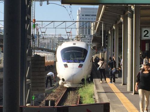 JR長崎駅で。気温は30度超えてるはず、とにかく暑い。でも天気は良くて空が青くきれい。