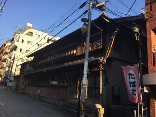 ここは「長崎検番所」といって花街で芸者の取次をやっていたところだそうです。んー、さすが長崎、風情があります。が、周囲は新しい建物ばかりで、本当にこの通りがメインストリートだったとは思えない風景です。でも、ちらっと横の路地を覗いてみたら、、、。